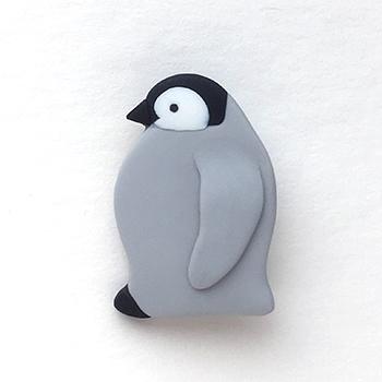 SHIKKAのブローチ。コウテイペンギンの子ども。