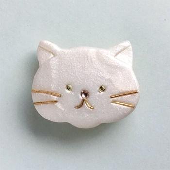 SHIKKAのブローチ。白猫。