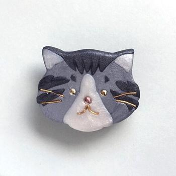 SHIKKAのブローチ。シロサバ猫。