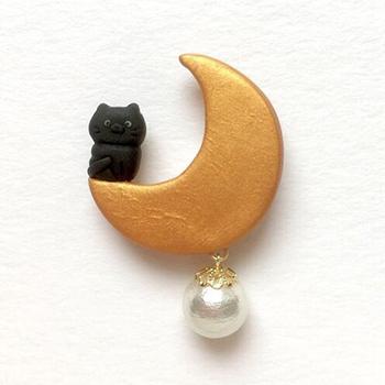 SHIKKAのブローチ。月ネコ。