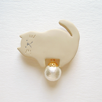 SHIKKAのブローチ。パール猫。