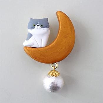 SHIKKAのブローチ。月ネコハチワレ。
